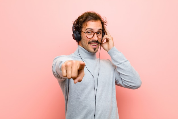 Jeune bel homme avec des écouteurs