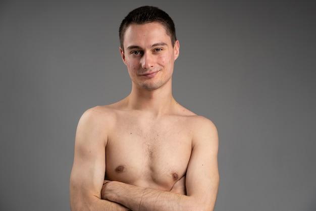 Jeune bel homme étant confiant avec son acné