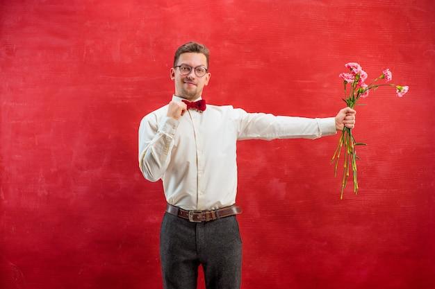 Jeune bel homme avec des fleurs