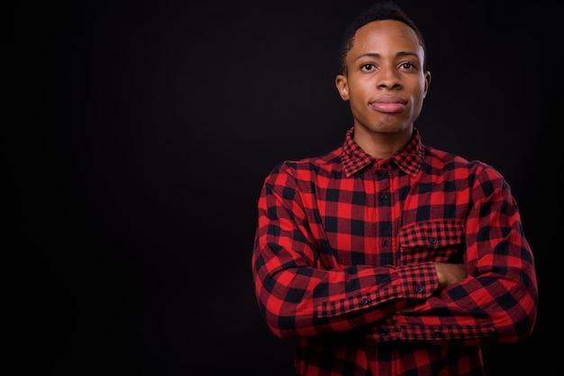 Jeune bel homme hipster africain contre l'espace noir