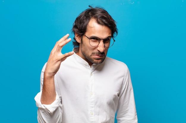 Jeune bel homme indien en colère