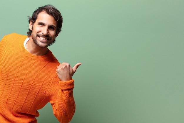 Jeune bel homme indien expressif avec un espace de copie