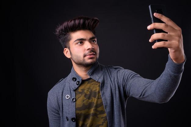 Jeune bel homme indien sur fond noir