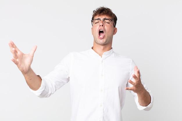 Jeune bel homme jouant de l'opéra ou chantant lors d'un concert ou d'un spectacle, se sentant romantique, artistique et passionné