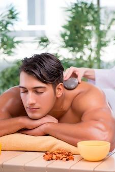 Jeune bel homme lors d'une procédure de spa