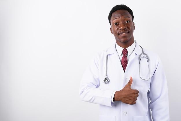 Jeune bel homme médecin contre blanc