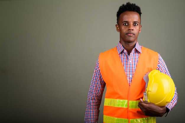 Jeune, bel homme, ouvrier construction