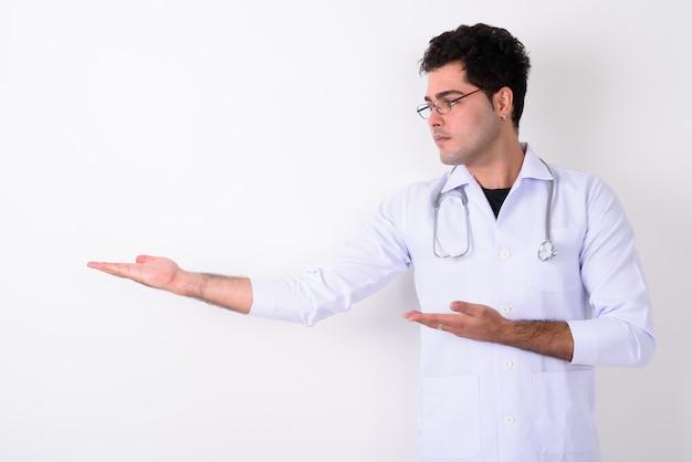 Jeune bel homme persan médecin portant des lunettes