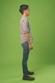 Jeune bel homme philippin sur vert