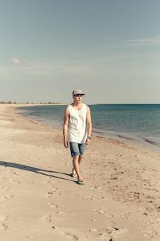 Jeune bel homme sur la plage