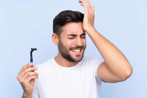 Jeune bel homme rasant sa barbe a réalisé quelque chose et a l'intention de la solution