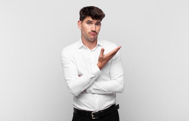 Jeune bel homme se sentant confus et désemparé, s'interrogeant sur une explication ou une pensée douteuse