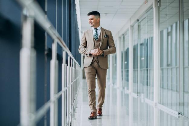 Jeune bel homme seul au bureau