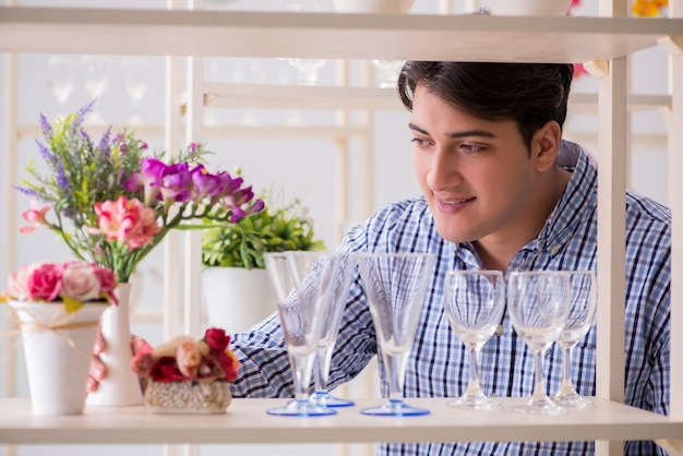 Jeune bel homme shopping dans une boutique
