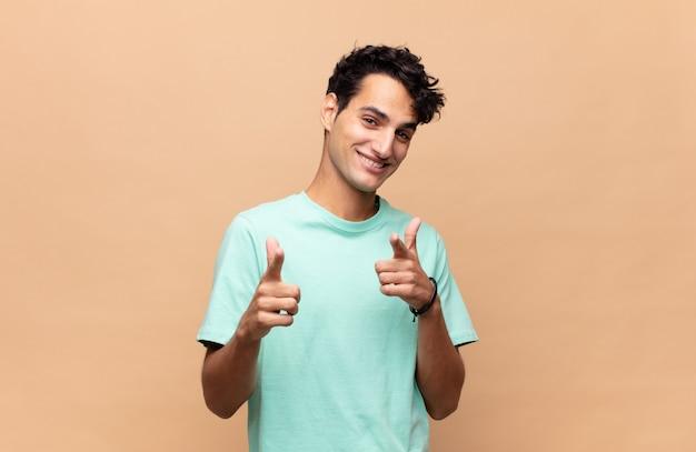 Jeune bel homme souriant avec un positif