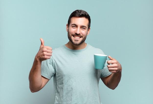 Jeune bel homme avec une tasse de café.