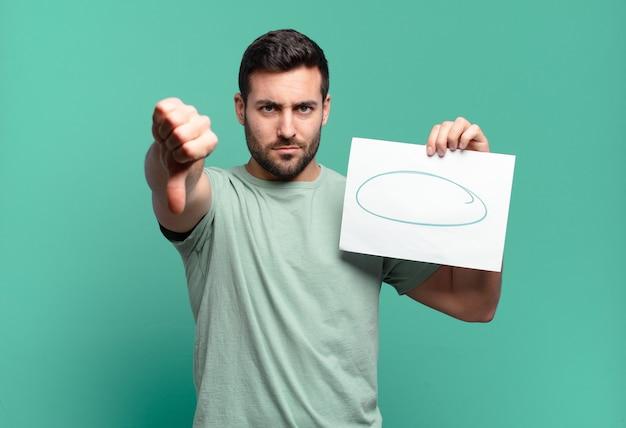 Jeune bel homme tenant une feuille de papier avec un espace de copie