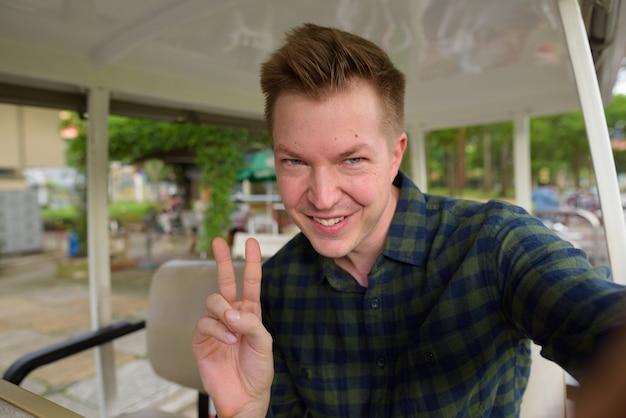 Jeune bel homme touriste point de vue personnel selfie
