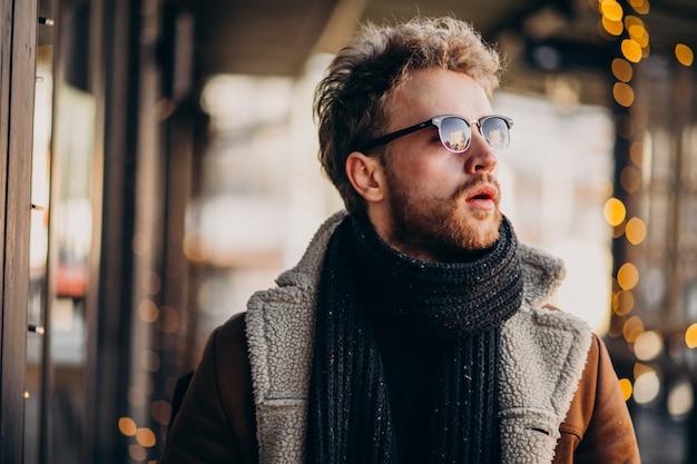 Jeune bel homme avec des vêtements d'hiver