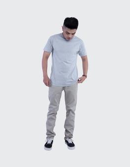 Jeune bel homme vêtu d'un t-shirt gris