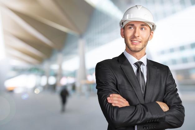 Jeune bel ingénieur en casque blanc