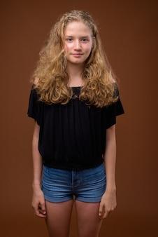 Jeune belle adolescente blonde sur brun