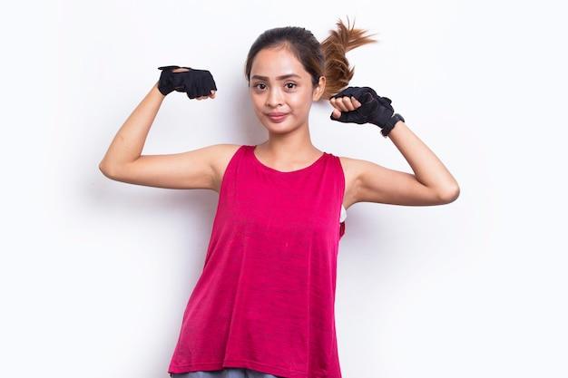 Jeune belle asiatique sportive montrant un geste fort sur fond blanc