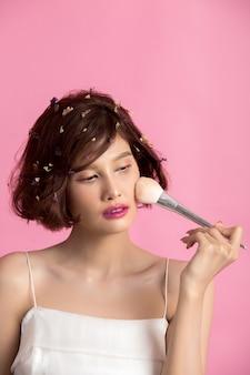 Jeune, belle, cheveux, asiatique, application, poudre cosmétique, pinceau