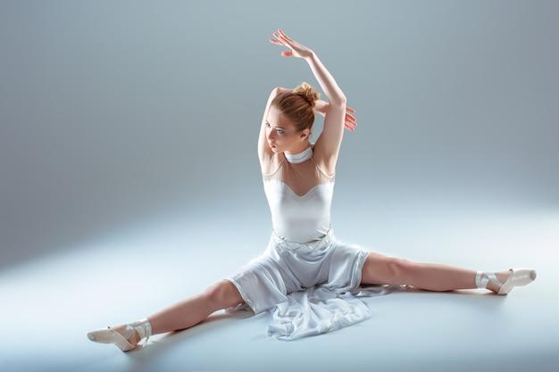 Jeune belle danseuse échauffement