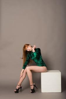 Jeune belle danseuse posant dans un studio sur fond gris