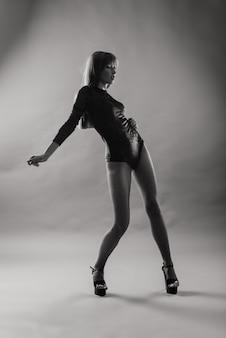 Jeune belle danseuse posant