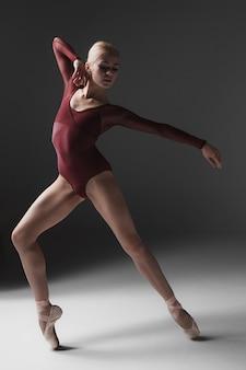 Jeune belle danseuse de style moderne posant
