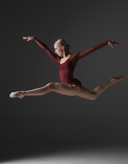 Jeune belle danseuse de style moderne sautant