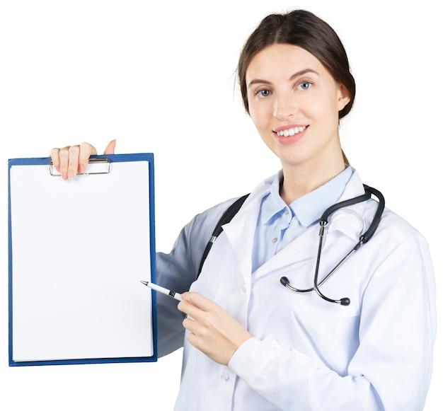 Jeune belle docteur avec presse-papiers isolé