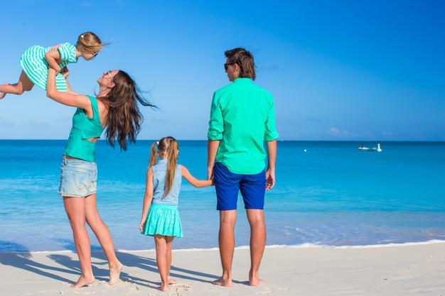 Jeune belle famille avec deux enfants en vacances tropicales