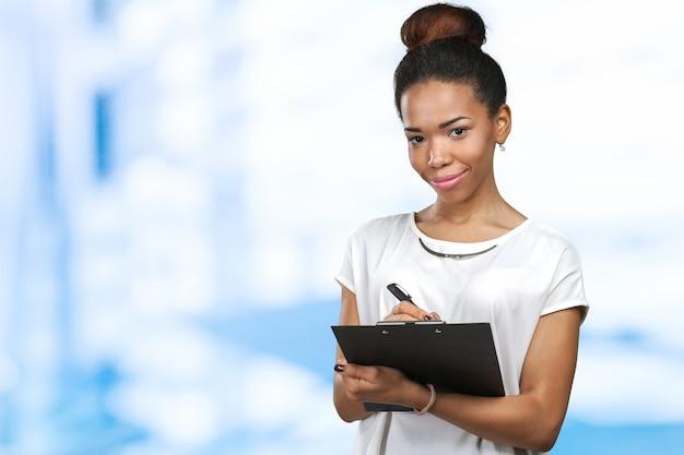 Jeune belle femme afro-américaine avec le presse-papier
