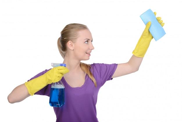 Jeune belle femme au foyer blonde, chambre de nettoyage.