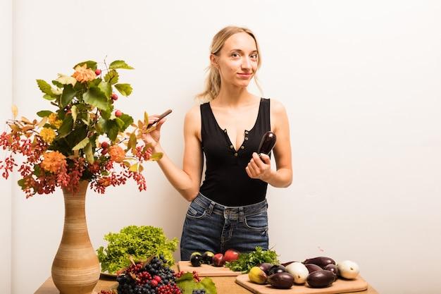 La Jeune Belle Femme Au Foyer Est Occupée à Préparer Des Aliments Sains à La Maison Dans La Cuisine Photo Premium