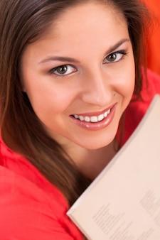 Jeune belle femme au journal