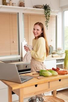 Jeune et belle femme ayant une réunion en ligne