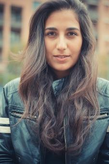 Jeune belle femme brune