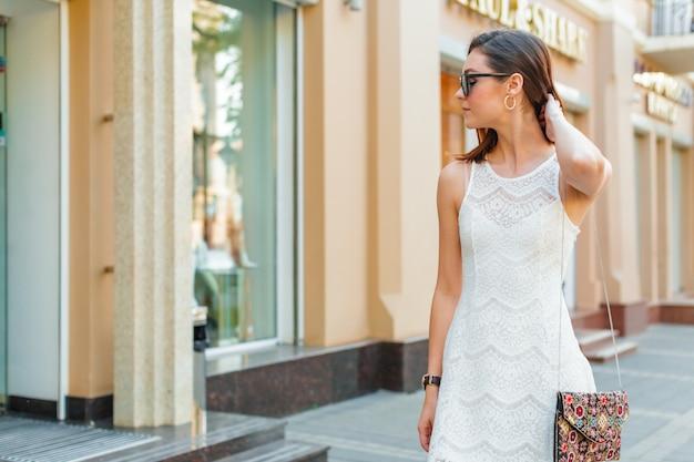 Jeune belle femme caucasienne posant en plein air dans la ville