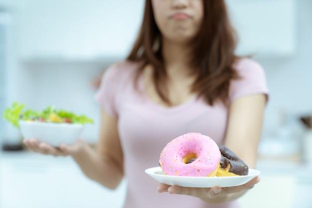 Jeune belle femme contenue son esprit pour éviter de le manger sont riches en graisses et en calories pour la santé