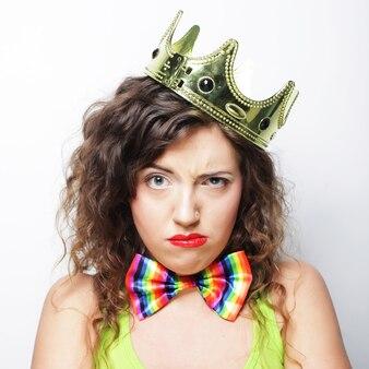 Jeune belle femme avec une couronne
