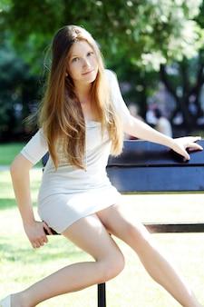 Jeune et belle femme dans le parc