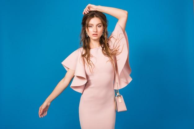 Jeune Belle Femme élégante En Robe Rose Photo gratuit
