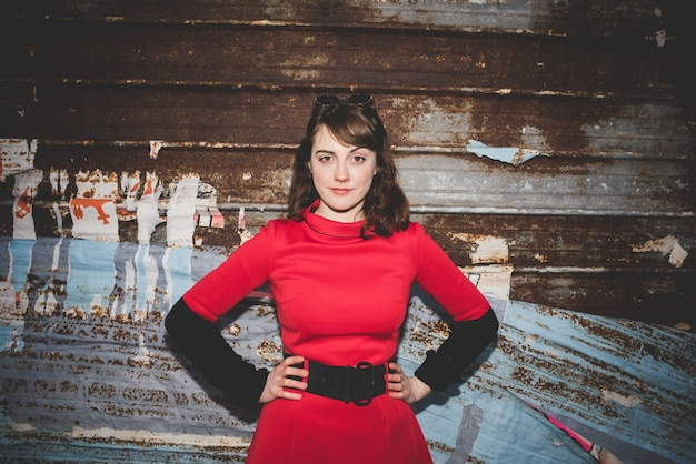 Jeune belle femme habillée de hipster vintage rouge