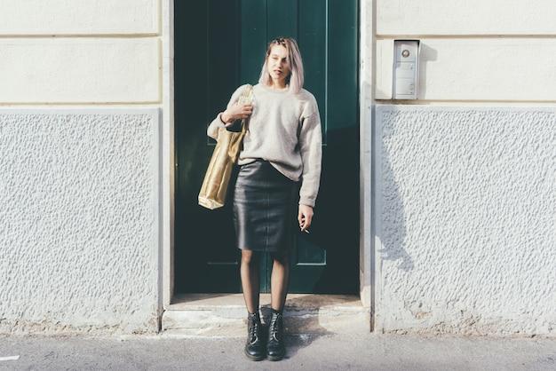 Jeune belle femme hipster