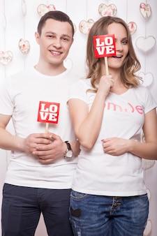 Jeune, belle femme et homme amoureux le jour de la saint-valentin