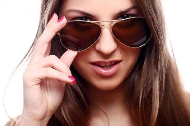 Jeune et belle femme à lunettes de soleil